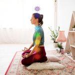 Mujer equilibrando sus chakras